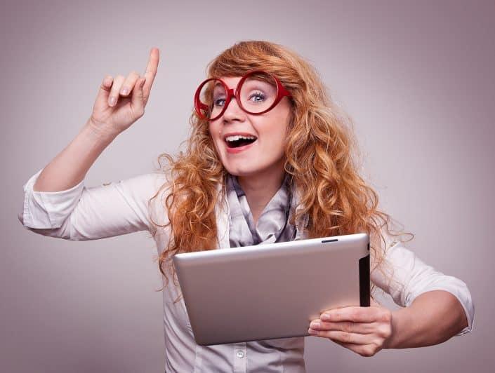 Frau mit roter Brille und iPad